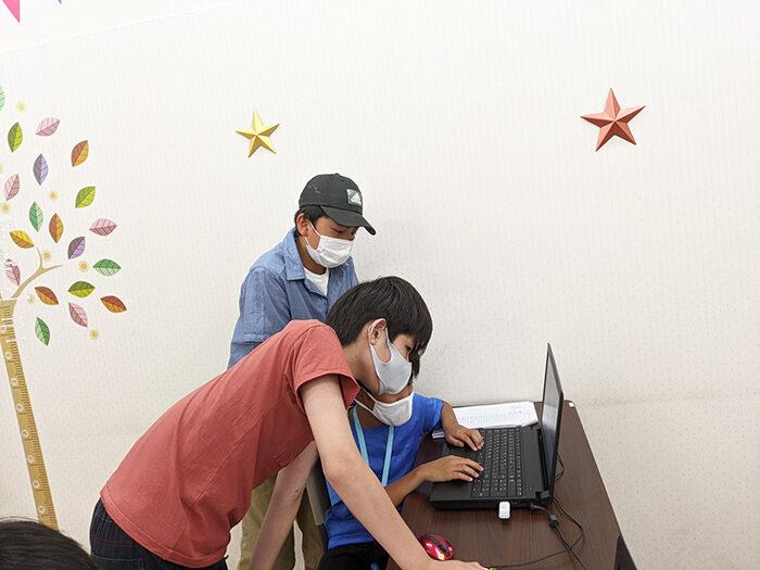 子どものころからプログラミングをすると目が悪くなる?